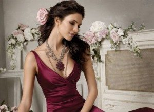 What Jewelry to Wear with V-neck Dress